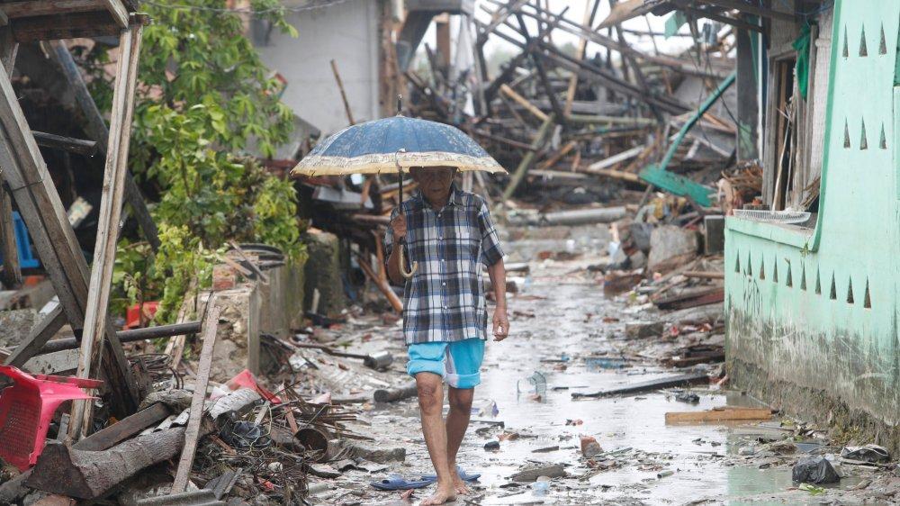 Après le tsunami, le 22décembre, de fortes pluies compliquent l'acheminement de l'aide d'urgence  dans les régions dévastées, en Indonésie.
