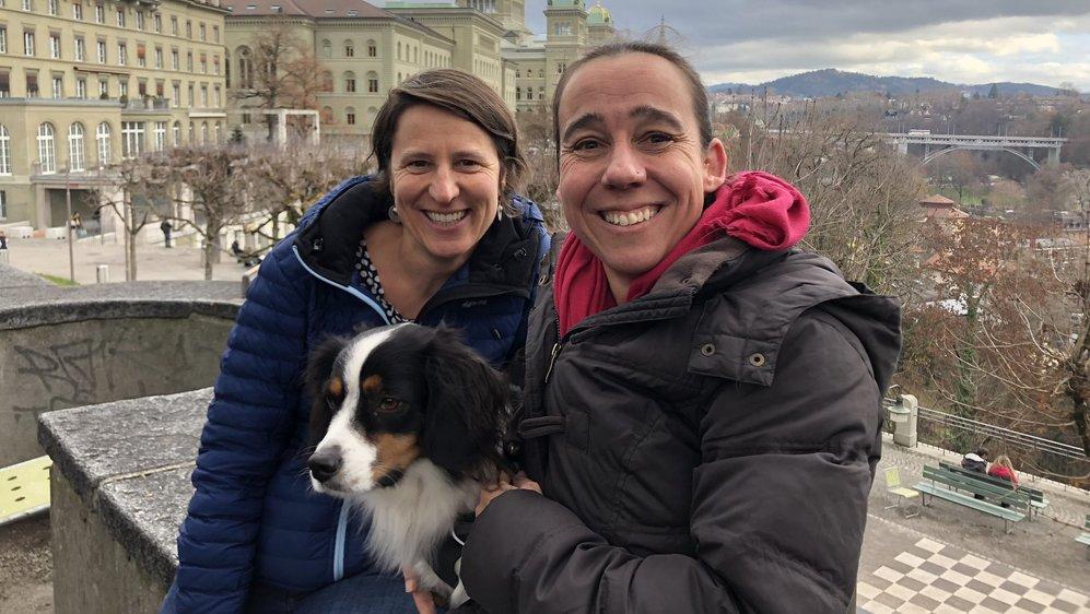 Christine et Marianne, accompagnée de son chien Timo, participent au second tandem linguistique entre Neuchâtel et Berne. D'autres villes sont intéressées à se joindre à ce programme.
