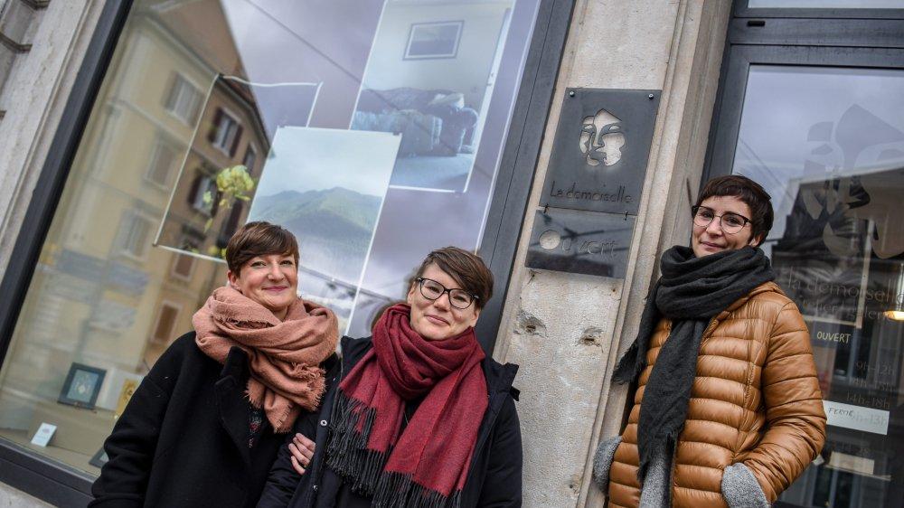 Trois des six créatrices de l'atelier galerie La Demoiselle sur leur pas de porte: Noémie Lagger, Amandine Bettinelli et Yaëlle Lässer.