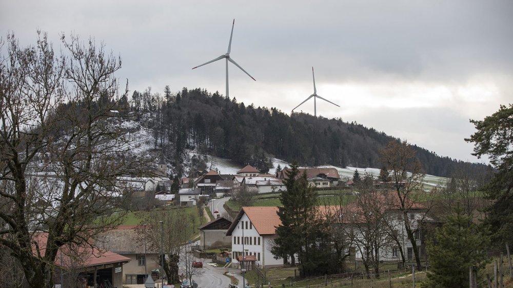 Saint-Brais et ses éoliennes.