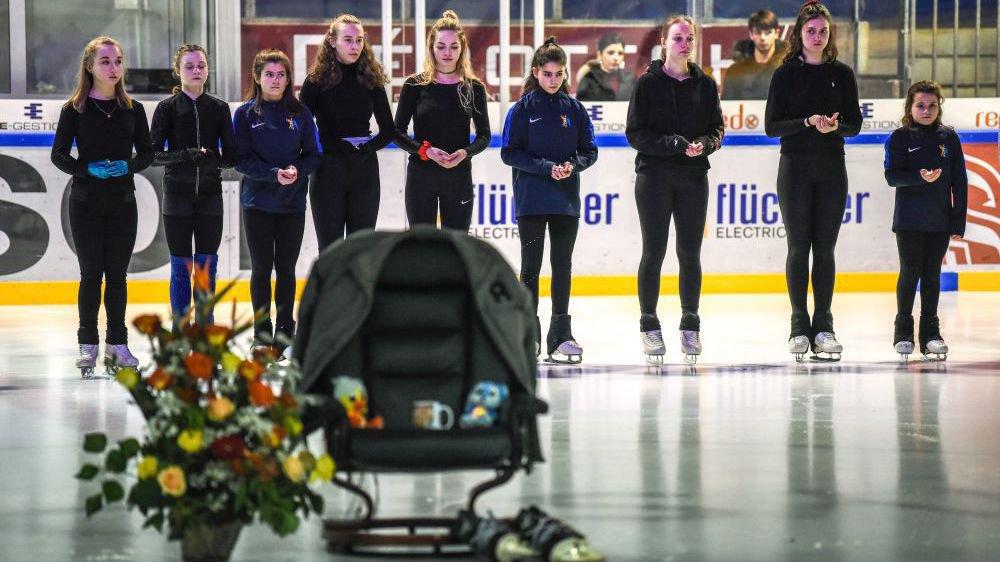 Un siège vide, une paire de patins à ses pieds: hommage à Jean-François Ballester aux Mélèzes.