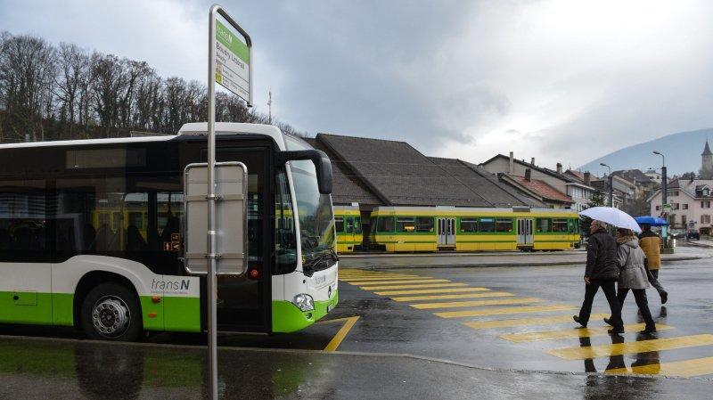 La liaison avec le tram et les lignes 612-613, exploitées jusqu'au début du mois par TransN et reprise depuis par CarPostal, est particulièrement pointée du doigt par la résolution.