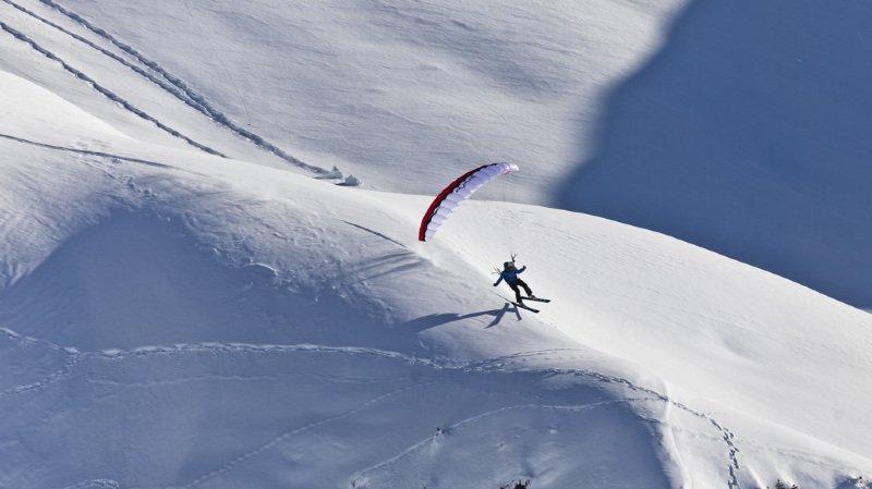 """Le """"speed riding"""" est un sport associant une petite voile de parapente aux skis, afin de pouvoir alterner phases de vol et de glisse."""