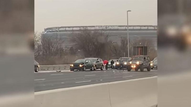 Des automobilistes se sont arrêtés sur la chaussée et sont descendus de leur voiture pour courir après les billets.
