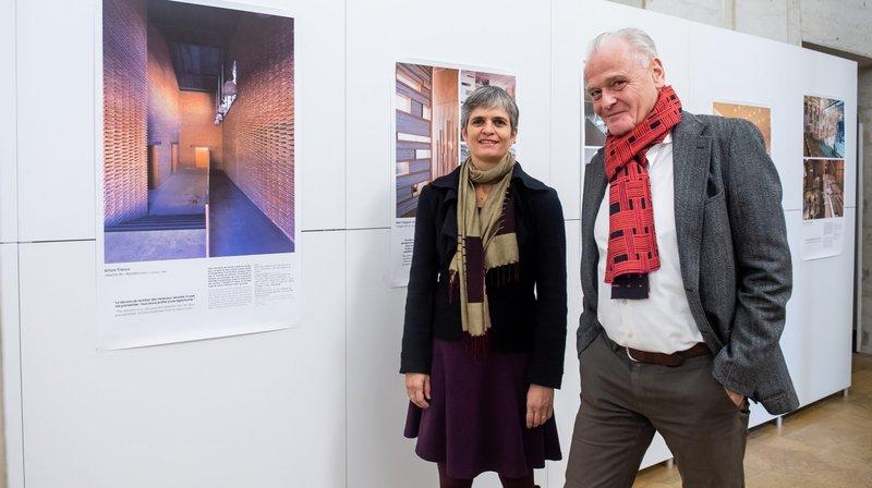 Olivier de Perrot, architecte et fondateur de la plateforme Salza, et Veronika Pantillon, d'Habitat durable, à côté d'un ancien abattoir madrilène relooké avec de vieilles tuiles.