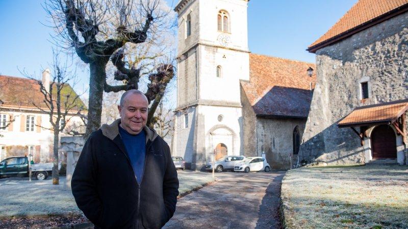 Le diacre et organiste Jean-Samuel Bucher devant le temple de Môtiers, d'où sera diffusé le culte de Noël.