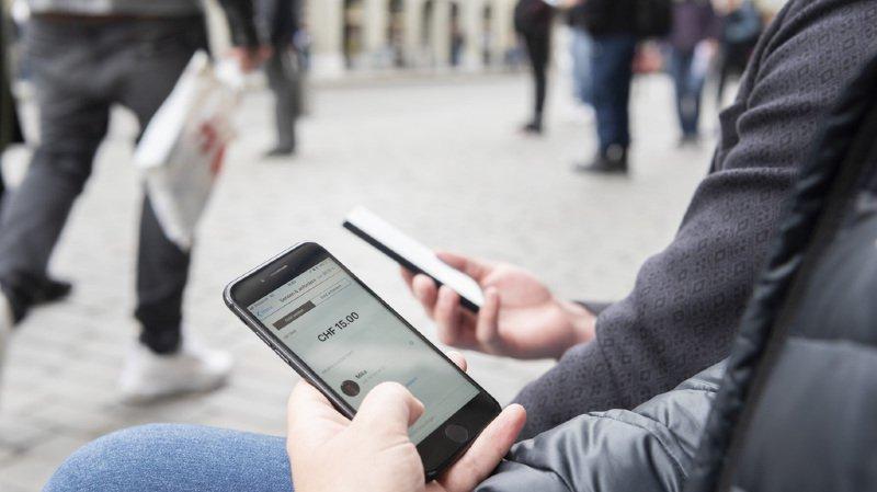 Consommation: de plus en plus de Suisses utilisent leur smartphone pour les transactions en ligne