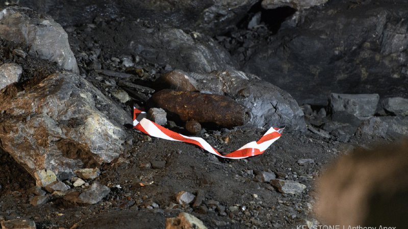 Des milliers de tonnes d'explosifs instables sont encore entreposés dans la montagne.