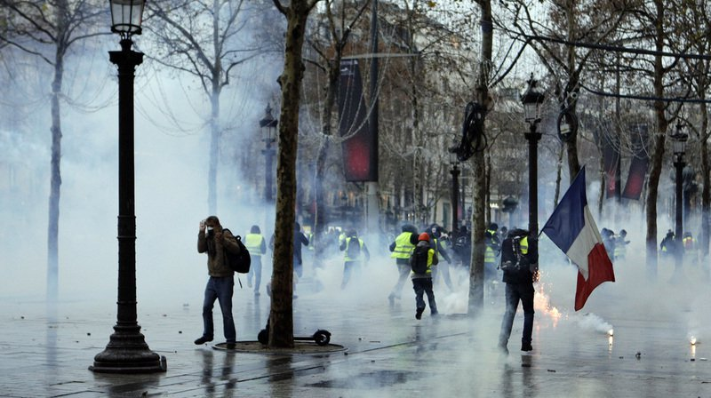 «Gilets jaunes»: cinquième samedi de manifestations en France, tensions sur les Champs-Elysées