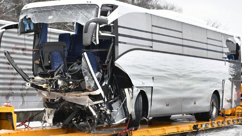 Accident de car à Zurich: la passagère décédée a été éjectée 10 mètres plus bas dans la rivière
