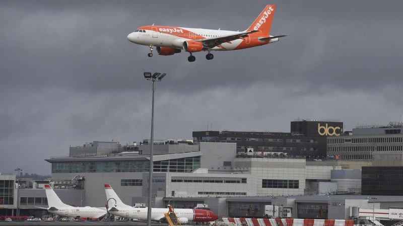 Aéroport de Gatwick: un homme et une femme arrêtés après le blocage provoqué par des drones