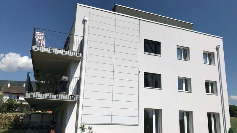 Solaxess a notamment contribué à réaliser cette façade, à Boudry, dont les panneaux solaires se fondent parfaitement à la couleur originelle.