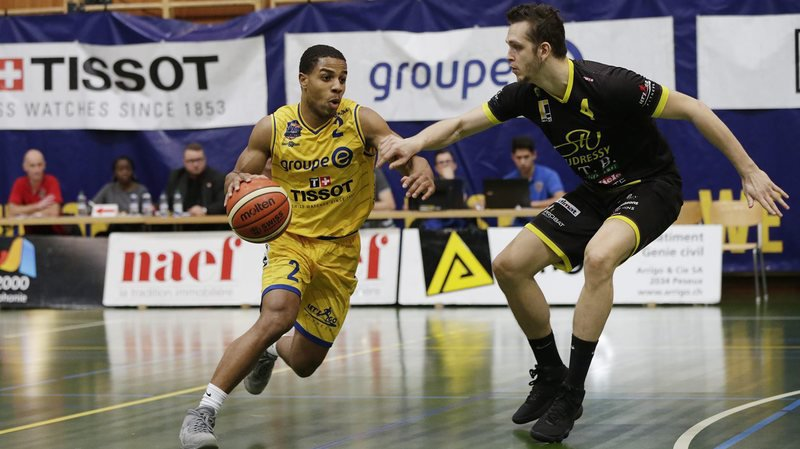Jaaron Simmons (en jaune) est contrôlé de près par le Montheysan Rodrigue Maza. © Muriel Antille
