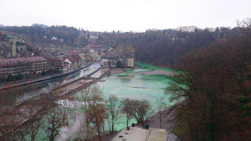Les eaux de l'Aar ont viré au vert fluo mercredi après-midi, à Berne.