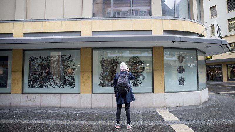 Les œuvres de Reto Duriet occupent le vide laissé par OVS au centre-ville de Neuchâtel.