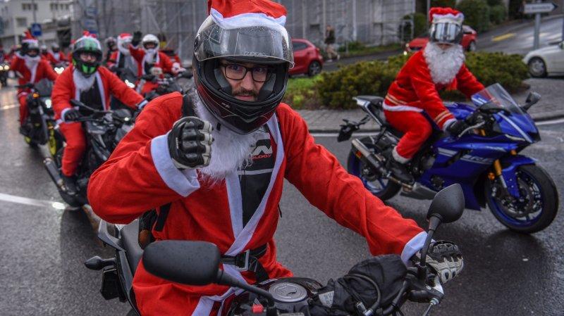 Le cortège des pères Noël motards dans les rues de Neuchâtel.