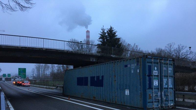 Bienne: un conteneur coincé sous un pont