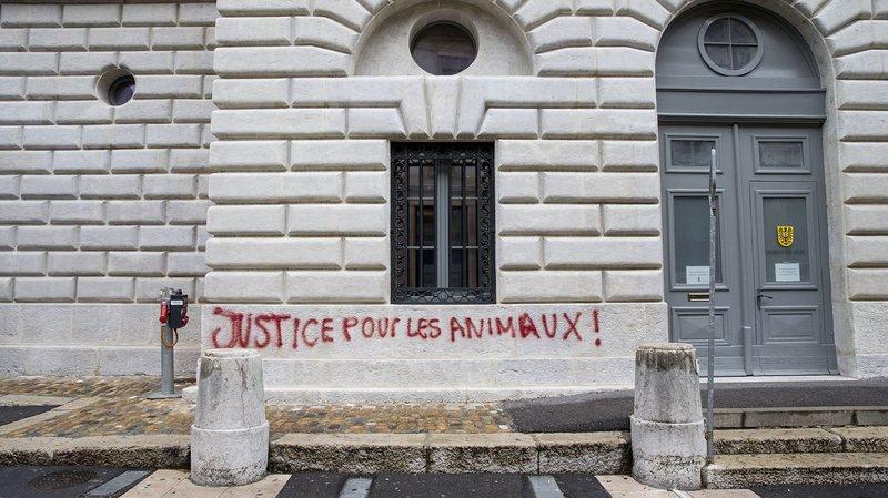 Des militants de la cause animale ont tagué divers lieux du canton de Neuchâtel