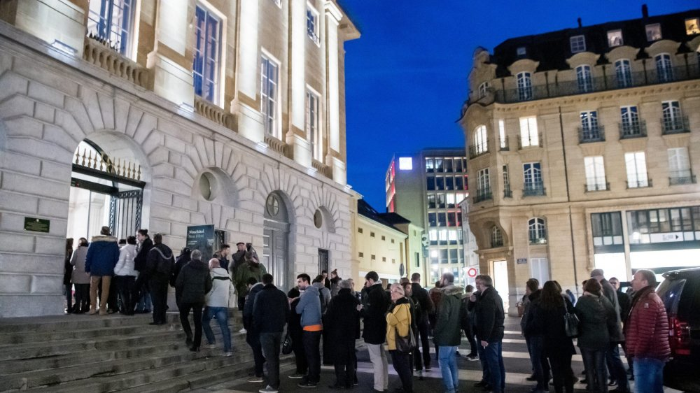 Le péristyle de l'Hôtel de Ville, à Neuchâtel, est trop petit pour la dégustation du non filtré.