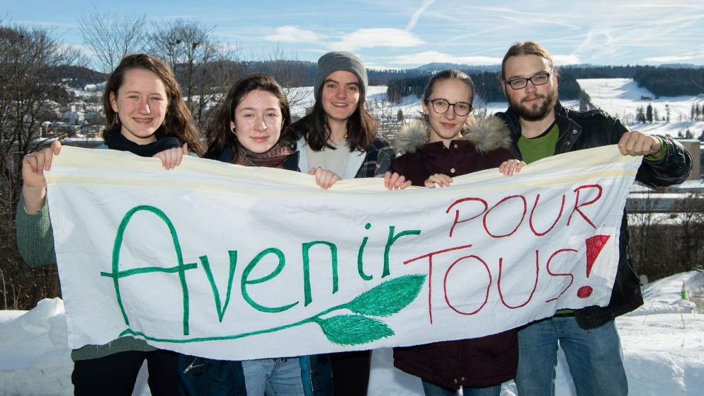 Des étudiants chaux-de-fonniers engagés dans la grève pour le climat: de gauche à droite, Ana Ziegler, Paula Rouiller, Marion Baslé, Malika Naula et Robin Augsburger.