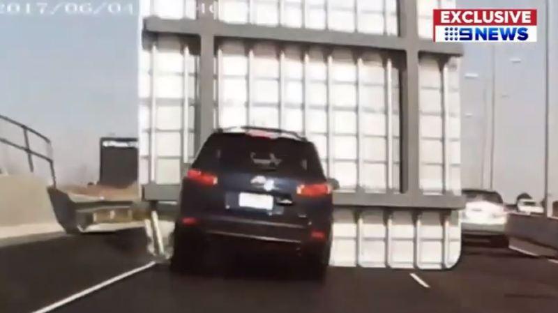Australie: un panneau d'autoroute se décroche et tombe sur une voiture