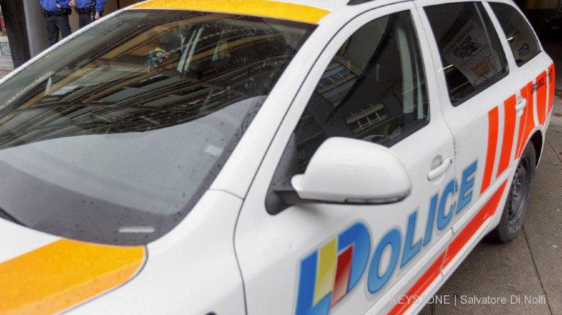 Les policiers ont découvert un homme mort et un autre grièvement blessé au couteau (illustration).