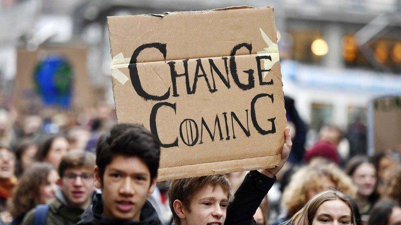 Une marche pour le climat rassemblant des centaines de jeunes a eu lieu à Zurich le 21 décembre 2018.