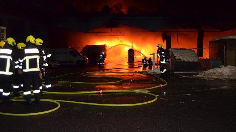 Grisons: une vingtaine de cars postaux détruits dans l'incendie d'un dépôt à Coire, plus de 7,5 millions de francs de dégâts