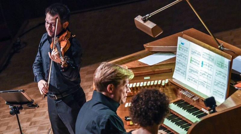 Alexandre Mayer à l'orgue et Felix Froschhammer au violon, hier, dimanche, en fin d'après-midi, à la Salle de musique à La Chaux-de-Fonds.