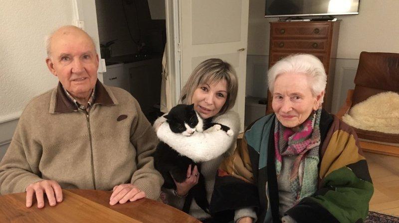 Le chat Eurêka et sa maîtresse Sandrine Clément, entourés par les Verrisans Paul et Dorit, un des deux couples ayant recueilli l'animal.