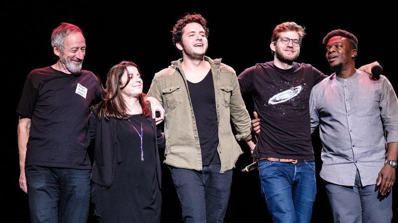 De gauche à droite: Jacques Bonvin, Nathalie Devantay, Alexandre Kominek, Thomas Wiesel et Edem Labah lors du premier gala SOS humoristes organisé à Meyrin (GE), le 21 décembre dernier.