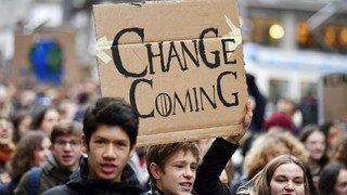 Climat: une pétition de collégiens fribourgeois vise à interdire l'avion des voyages d'étude