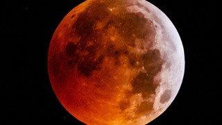 Astronomie: les nuages ont voilé la Lune de sang de lundi