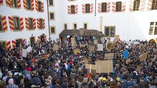 «Trop chauds pour le climat», de nombreux jeunes ont marché sur le château de Neuchâtel
