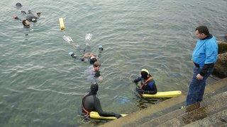 Des sauveteurs ont plongé dans l'eau froide à Neuchâtel
