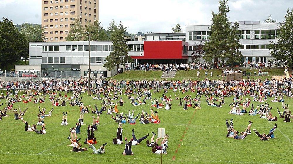 Le terrain et le collège des Foulets, à La Chaux-de-Fonds.