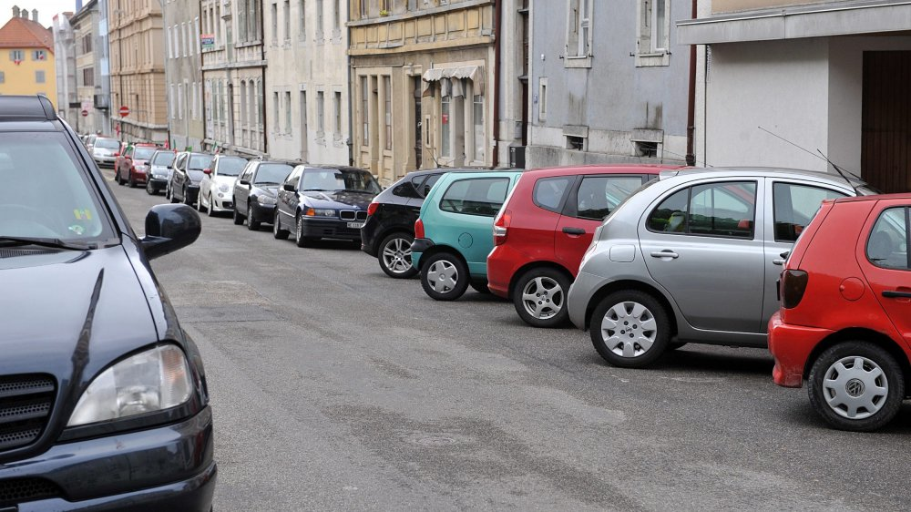 Deux mille voitures de pendulaires squattent La Chaux-de-Fonds. La Ville entend les taxer, soit avec un macaron payant, soit dans des parkings d'échange également payants.