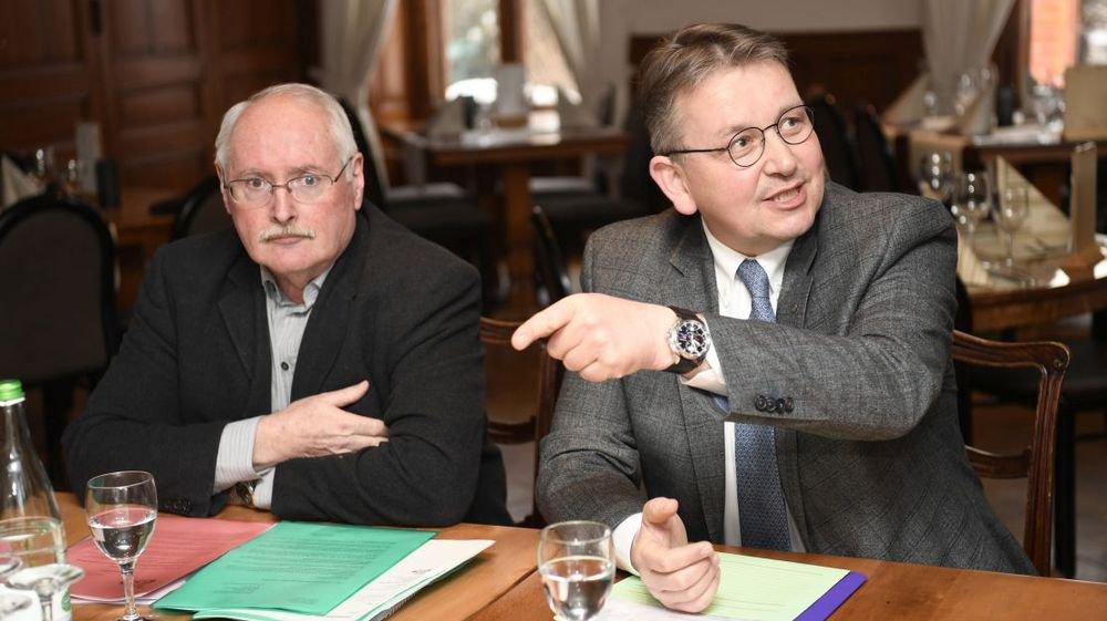 Le conseiller national Raymond Clottu, à droite, avec Walter Willener, président de l'UDC neuchâteloise, à Couvet.