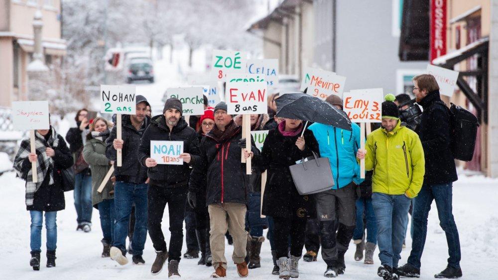 Ce lundi matin, 8h, des parents ont débarqué à Cernier pour manifester leur soutien à la responsable de la structure d'accueil, fermée jeudi dernier.
