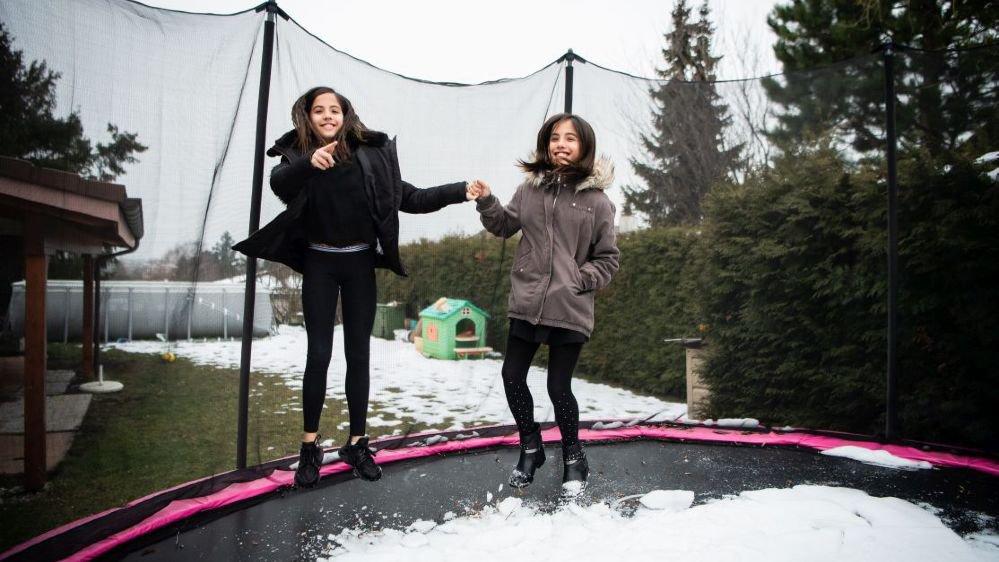 Ilaria, à gauche, et Alyssia dans leur jardin à Boudry.