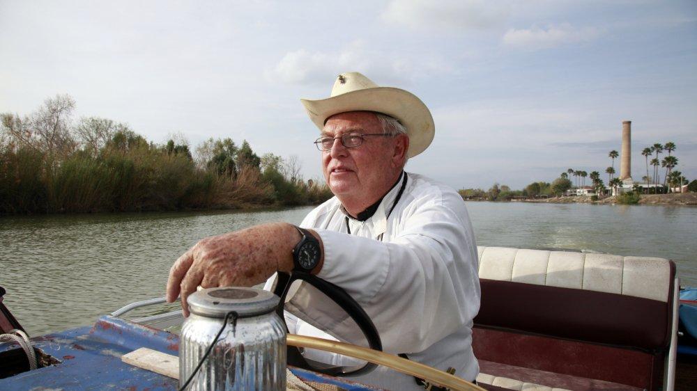 Un des locataires de la famille Cavazos, le père Roy Snipes–qui navigue, ici, sur le Rio Grande, frontière naturelle entre les Etats-Unis et le Mexique–, craint que les sans-papiers n'osent plus, en cas de mur, venir dans son église, qui se veut comme un lieu sûr, ouvert à tous.
