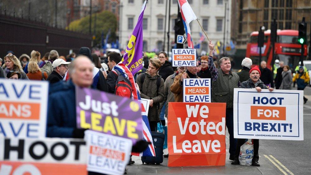 Les manifestants s'étaient réunis, hier, pour protester devant le parlement, à Westminster.