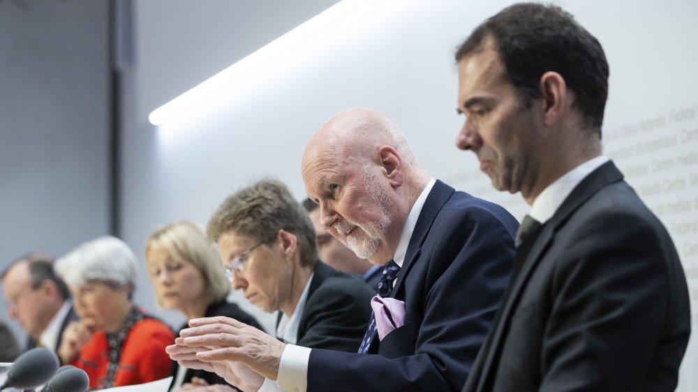 Le 15 janvier, Carl Baudenbacher (deuxième depuis la droite) et d'autres experts étaient entendus par la commission de politique étrangère du Conseil national.