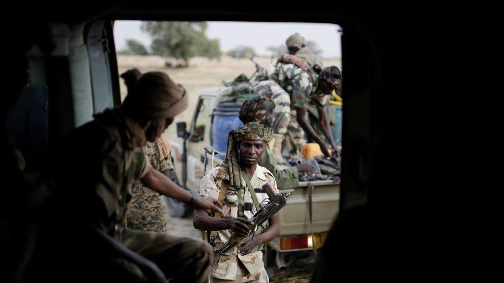 Des soldats tchadiens transfèrent des armes saisies  à Boko Haram.