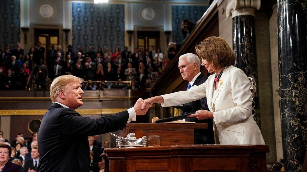 Les femmes du Congrès se sont vêtues de blanc en hommage aux suffragettes. La présidente de la Chambre, Nancy Pelosi, y compris. Elle a serré la main du président Trump, mais le bras de fer entre eux  sur le shutdown pourrait reprendre bientôt...