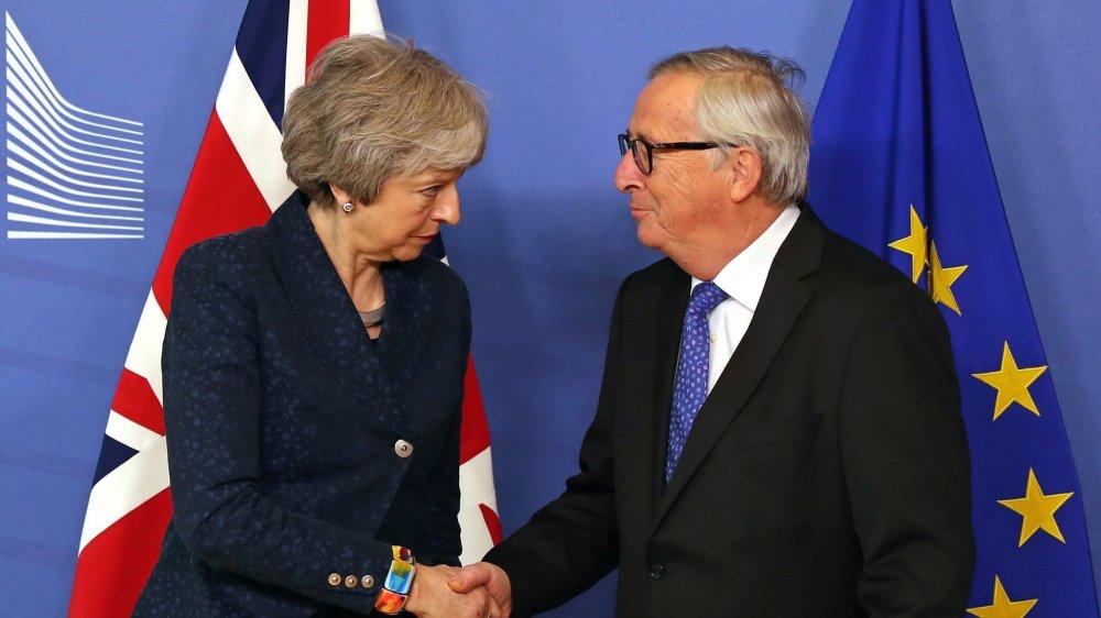 La poignée de main entre Theresa May et Jean-Claude Juncker a été polie, sans un mot...