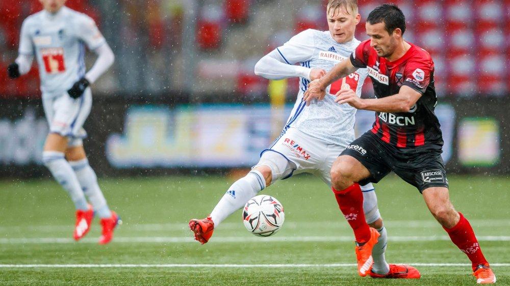 En inscrivant son 11e but de la saison, Raphaël Nuzzolo (à droite, à la lutte avec Marvin Schulz) a bien contribué au succès xamaxien face à Lucerne.