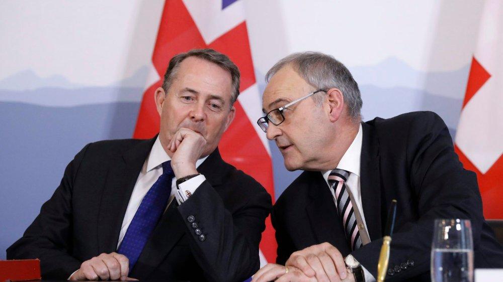 Guy Parmelin (à droite), ministre de l'Economie, et le Britannique Liam Fox ont signé un accord en cas de Brexit.