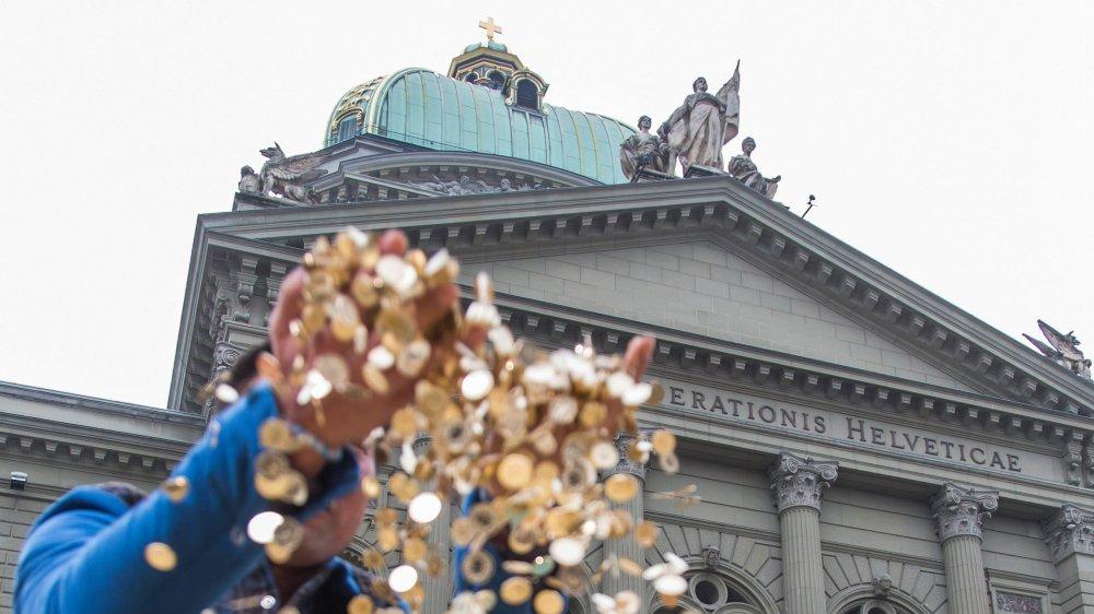 En octobre2013, lors d'une action en faveur de l'initiative pour un revenu de base inconditionnel, quelque huitmillions de pièces de 5 centimes avaient été déversées devant le Palais fédéral.