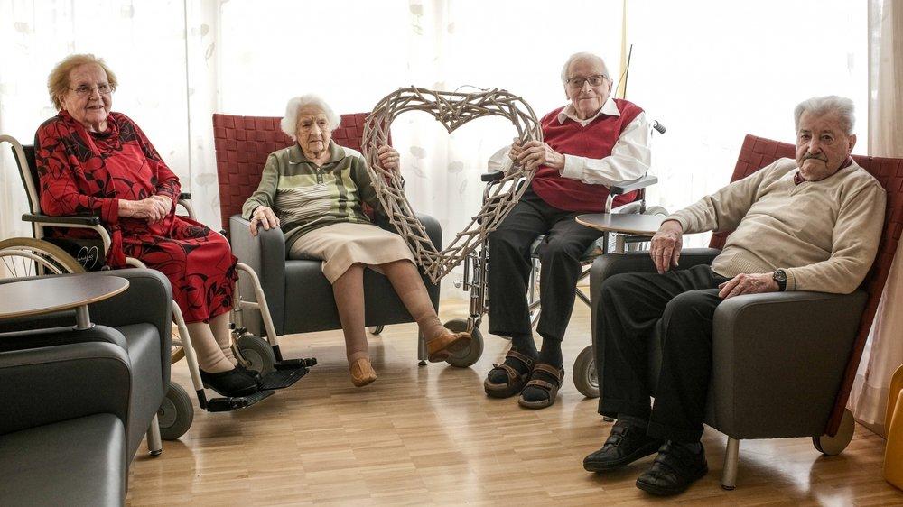 La Résidence, au Locle, abrite un nombre record de centenaires. Parmi eux, (de g. à dr.) Marthe Matthey-Doret, 100 ans en avril, Madeleine Matthieu, 104 ans, André Steudler bientôt 101 ans et René Delachaux, 100 ans.